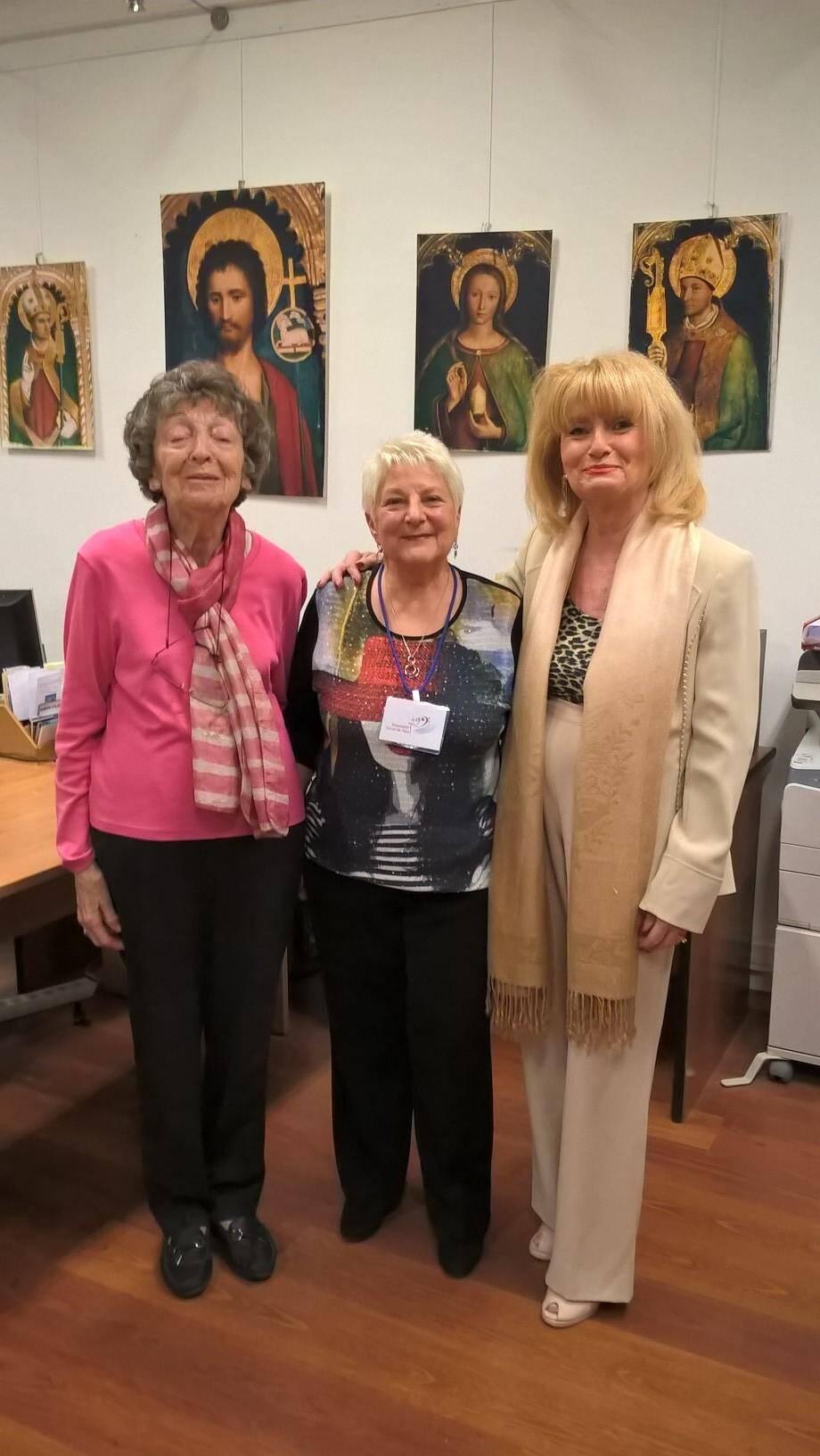 Devant les tableaux de Bréa, Germaine Pierre-Leclerc, auteur du livret, Colette Rodriguez, président de l'Ensemble vocal de Nice, et Anne-Marie Dumont, conseillère départementale.
