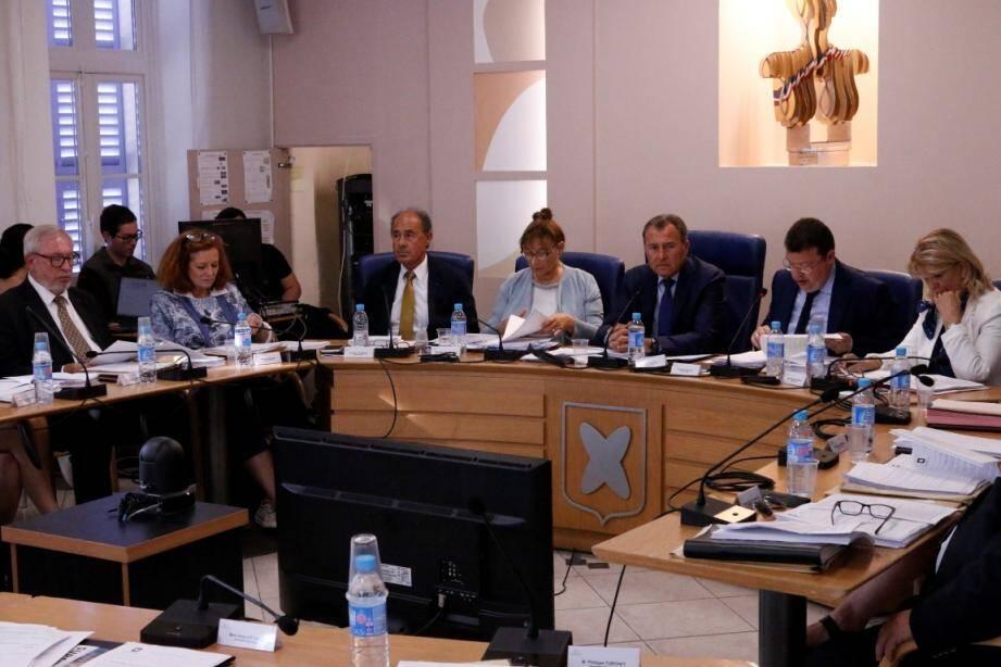 Serge Jovere (à gauche), élu de l'opposition (PS), est en total accord avec Lionnel Luca, le maire de Villeneuve, concernant les pénalités SRU qui touchent la commune.