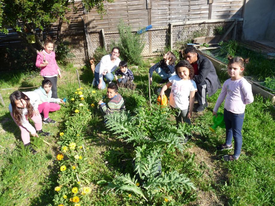 Les enfants de l'Association maison intergénérationnelle de quartier (Amiq) cultivent « le potager jardin du bien vieillir ».