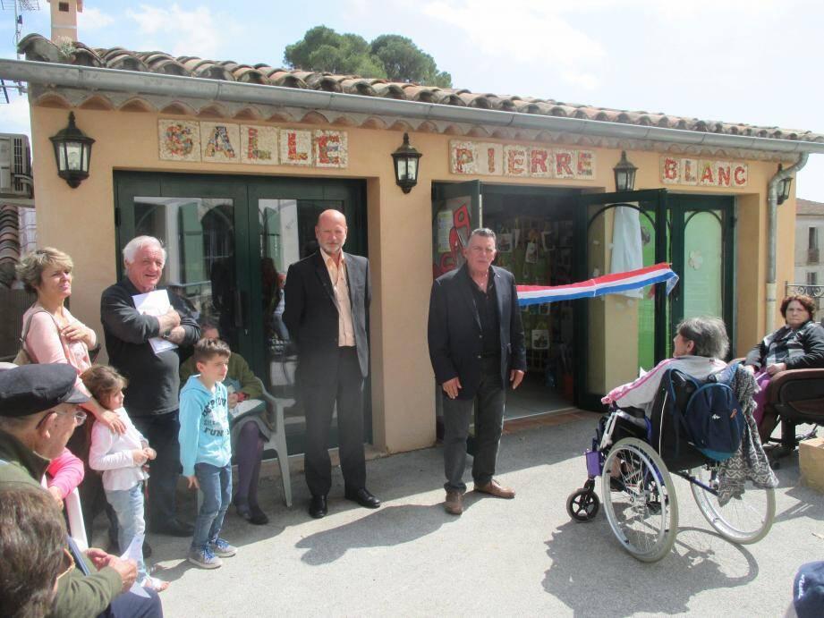 Au centre, Pascal Bourlier et Yves Bacquet, entourés des résidents et des familles.