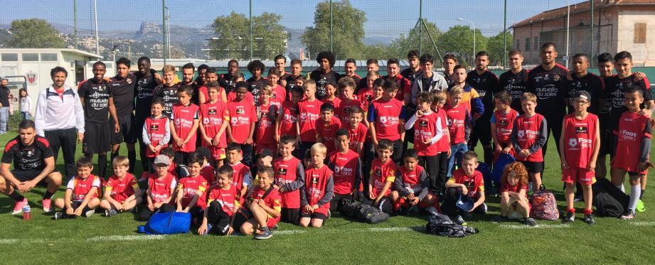 Un beau moment pour les licenciés de l'ASRCM football qui ont posé avec leurs idoles niçoises.