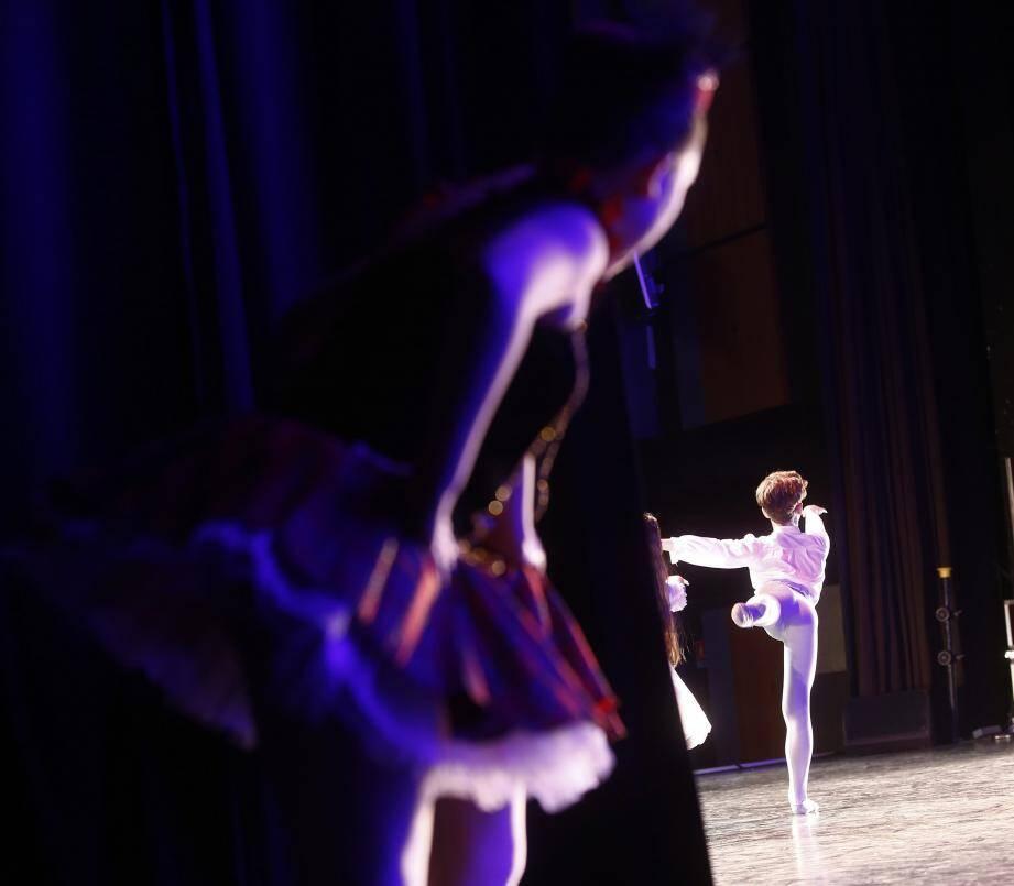 Entre 8 h et 21 h, 350 jeunes danseurs se sont mesurés sur la scène du Palais Neptune, sous le regard de six professionnels.