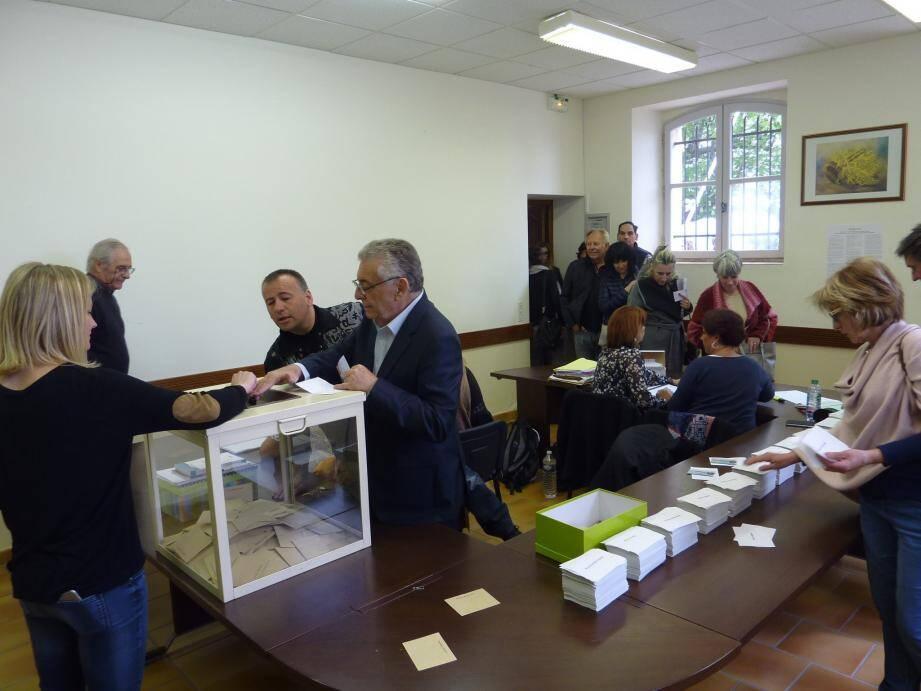 Paradoxalement, à Tanneron, les deux candidats au coude à coude obtiennent leurs meilleurs scores dans le Pays de Fayence : 34,40 % pour Marine Le Pen, 27,92 pour François Fillon.