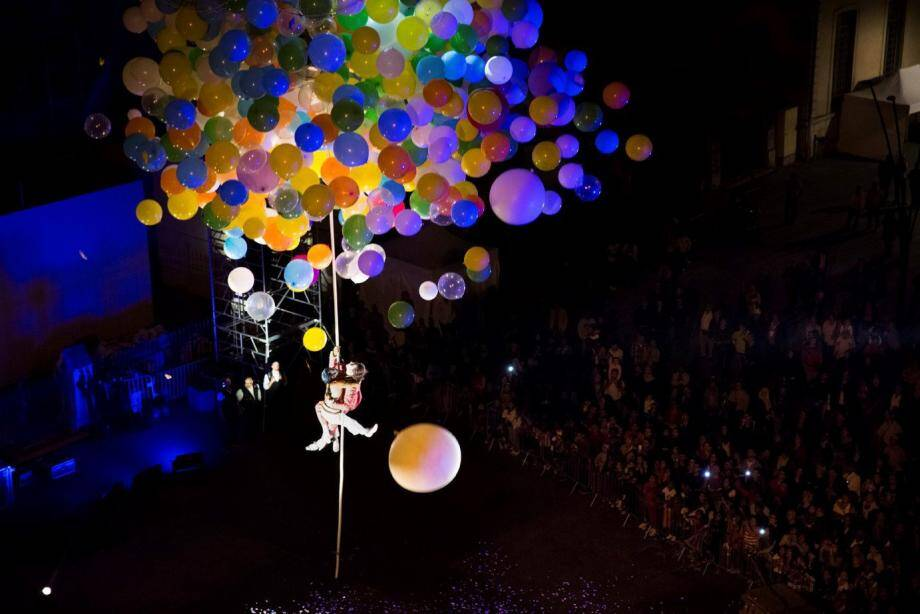 La compagnie « Gratte-Ciel » réunit des artistes de cirque qui travaillent dans l'espace public en s'appropriant l'architecture urbaine.