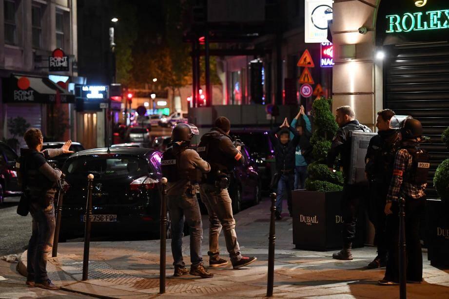 La police contrôle des passants aux abords des Champs-Elysées.
