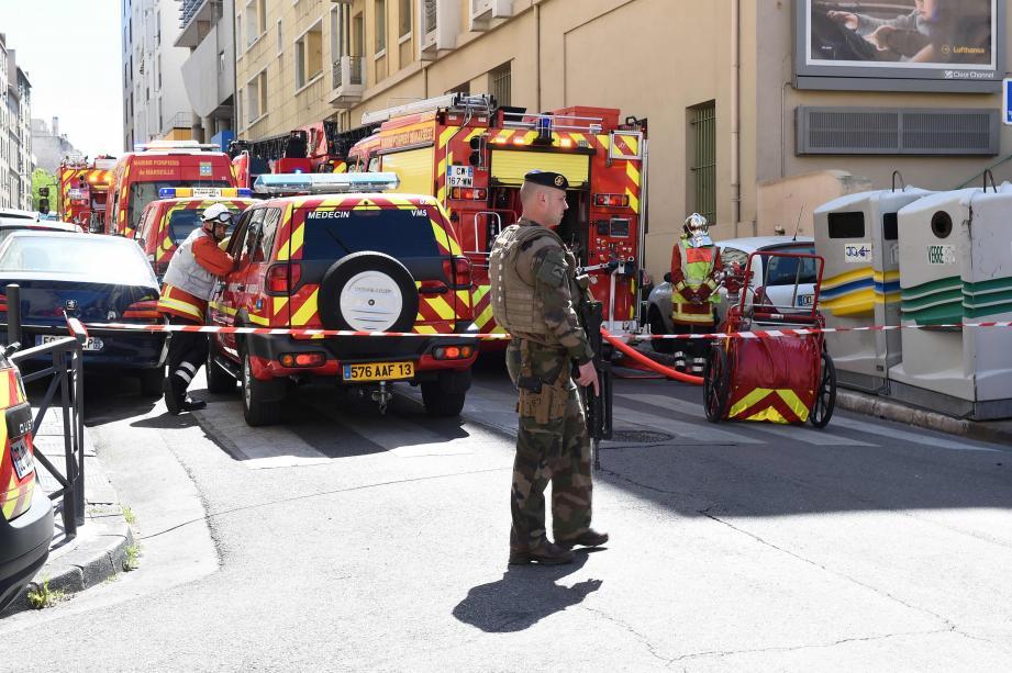 Des militaires, policiers et pompiers à Marseille, où deux hommes ont été arrêtés.