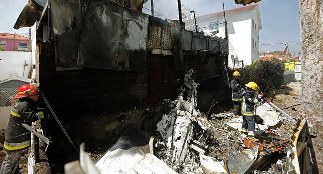 Des pompiers sur le lieu où s'est crashé l'avion de tourisme.