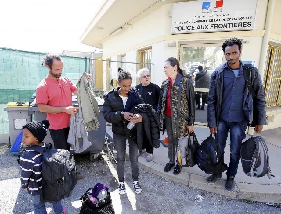 Cédric Herrou et une famille de migrants érythréens, qu'il voulait accompagnés à la préfecture de Nice pour une demande d'asile, interpellés dans un train. Cédric Herrou a attendu leur devant la PAF de Menton au poste frontière Saint Louis les migrants.