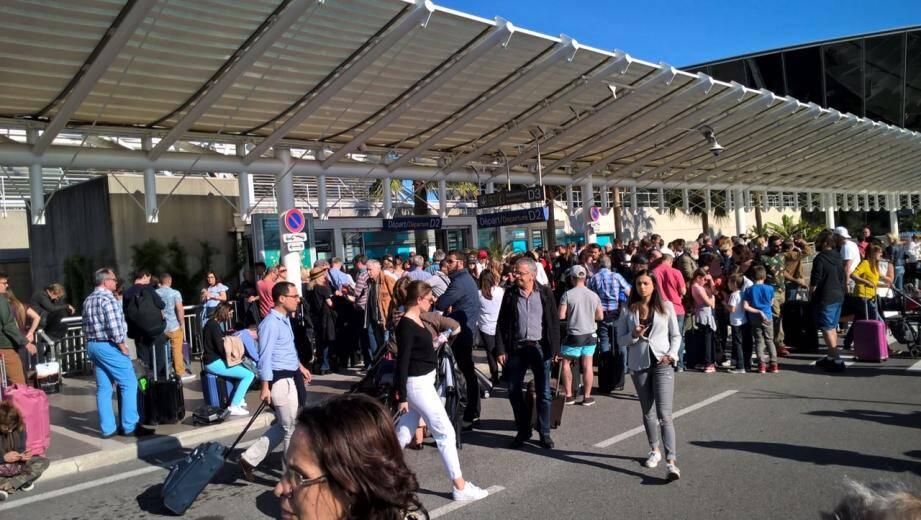 Les voyageurs évacués dans le terminal 2 de l'aéroport de Nice.