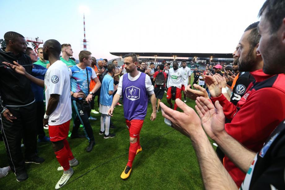 Les joueurs de Fréjus applaudis par ceux de Guingamp après la défaite en Coupe de France (illustration).