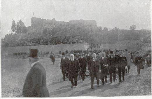 Arrivée du cortège présidentiel sur le nouveau stade d'Antibes, au pied du Fort Carré.