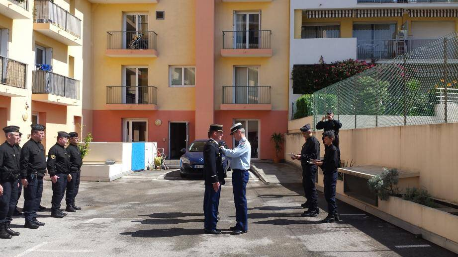 Ce lundi, trois gendarmes mobiles de l'escadron 22/6 de Hyères ont été décorés par le préfet des Alpes-Maritimes pour avoir sauvéune personne qui tentait de se suicider. Un acte valeureux à souligner.