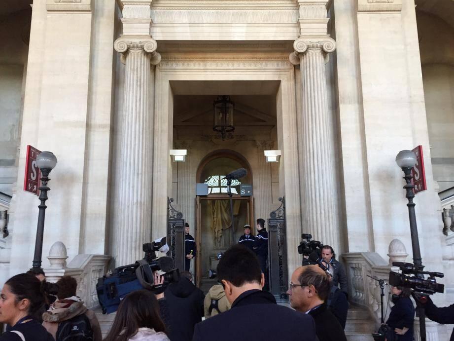 Devant la salle d'assises, le 20 avril dernier, lors de l'ouverture du procès à Paris