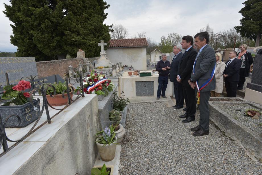 Christian Estrosi devant la tombe de Philippe Seguin.