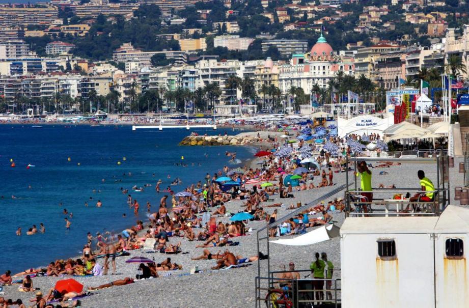 La plage du Castel sur la Promenade des Anglais à Nice.