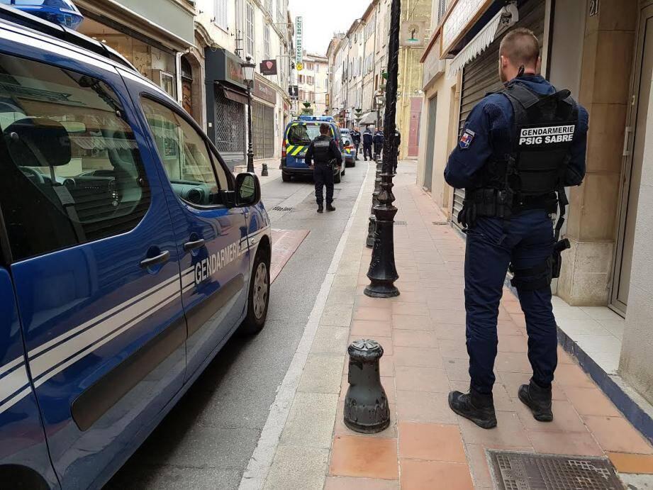 Les gendarmes ont bouclé et sécurisé le quartier.