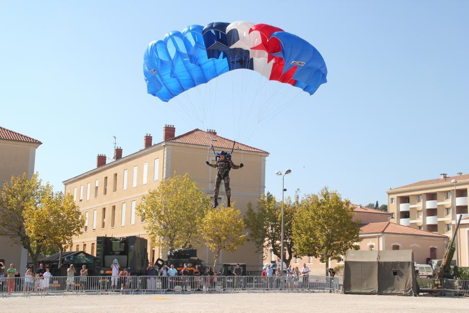 L'école aéroportée de Pau sera présente pour faire des démonstrations de saut en parachute.