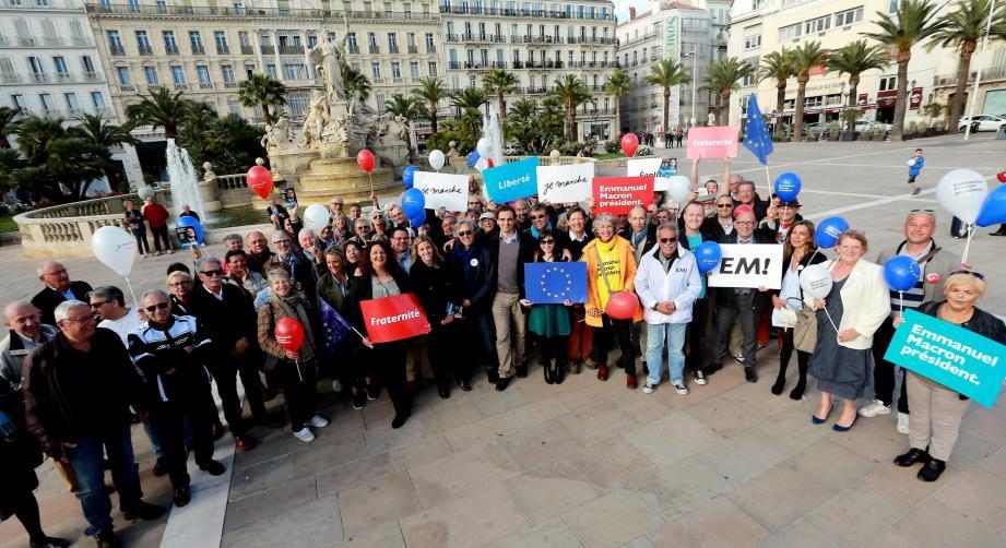 Le drapeau européen et les pancartes «En Marche !» étaient visibles.
