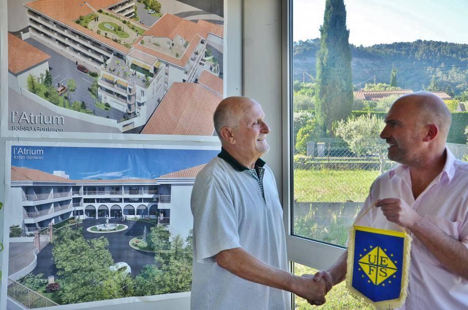 Jean-Pierre Lacoste séduit par le projet de venir en aide à la sélection Futsal PACA 83 .