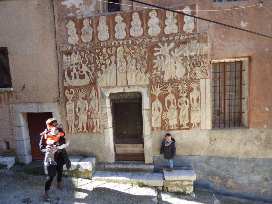 La façade décorée annonçant l'ancien musée enfantin, a été imaginée par deux adolescents. Et une dizaine d'enfants ont participé à sa réalisation, placée sous la surveillance de leur institutrice, Mlle Bonsignore.