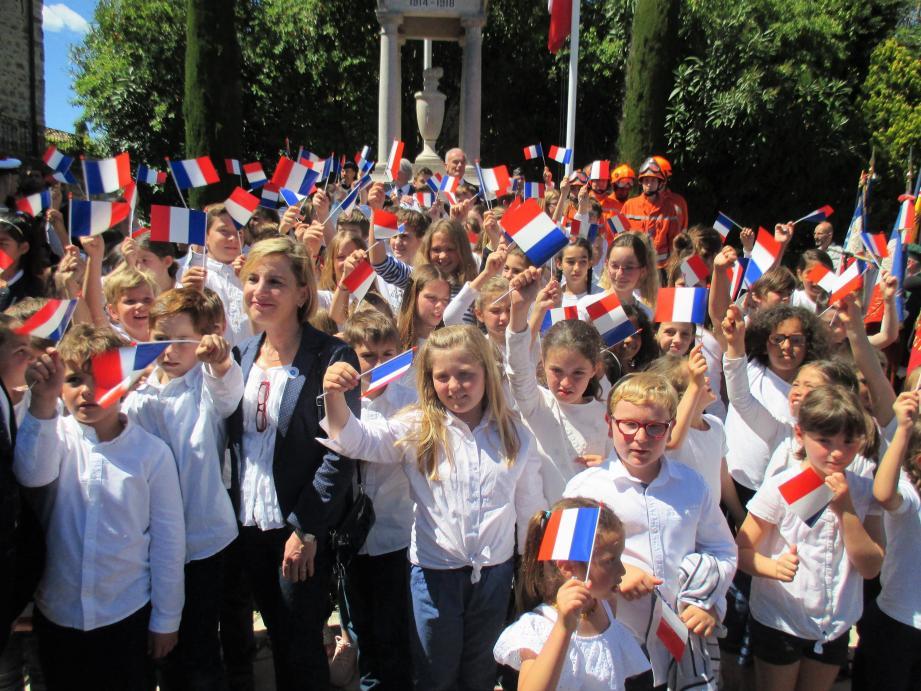 Les écoliers de Mougins ont chanté le chant des Partisans a capella.