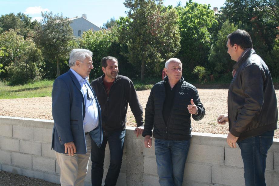 De gauche à droite : Henri Gallois, qui a dirigé les plus grands orchestre internationaux, le maire, Stéphane Arnaud, son adjoint, Jean-Guy Marenco, et le régisseur, Dominique Jaccard, règlent les détails techniques.