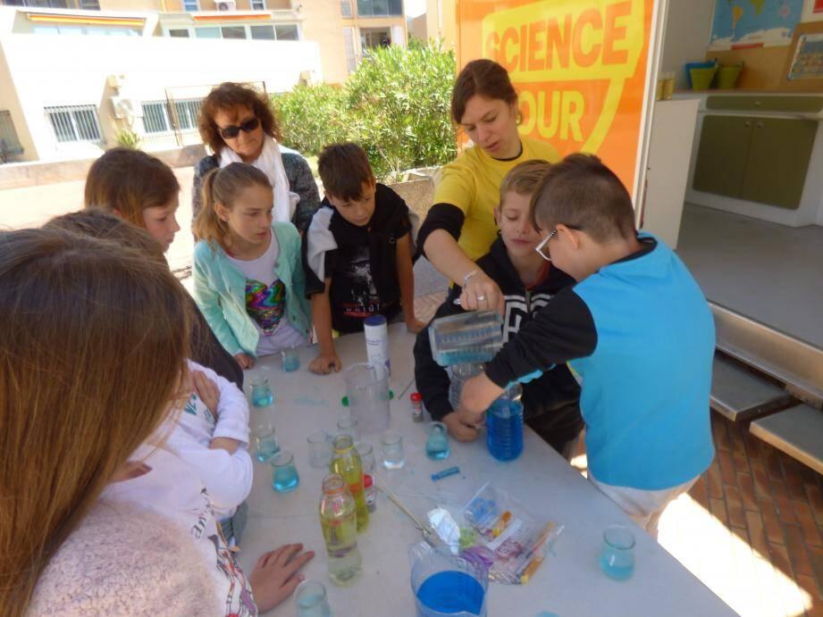 Découvrir les courants océaniques avec Marion, des bouteilles d'eau du colorant et du sel: le programme d'hier matin des CMA CM2 de l'école Jean-Moulin.