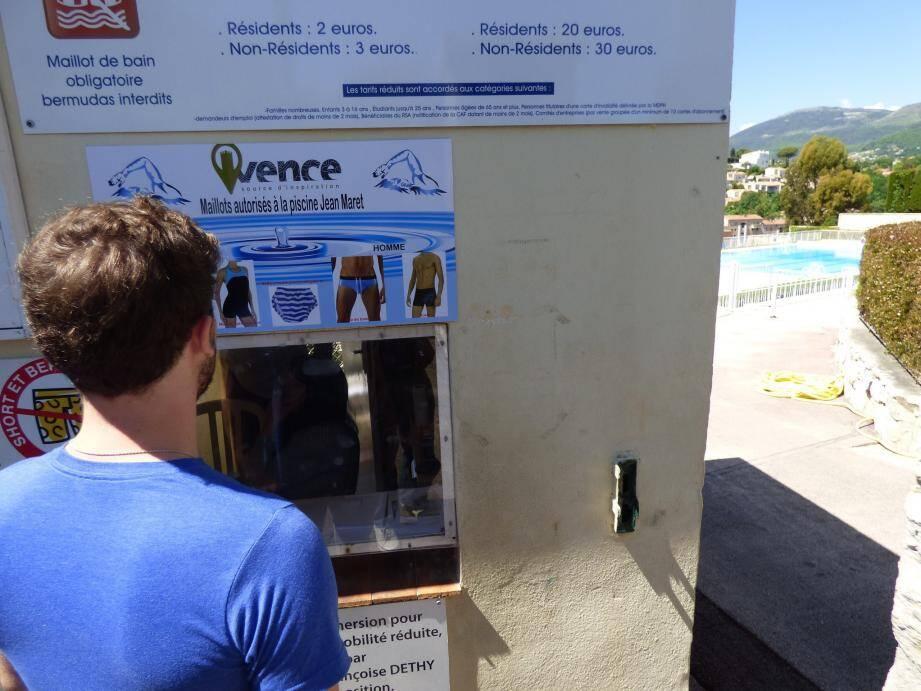 Les tenues autorisées sont affichées à la caisse de la piscine. Une mesure qui découle directement de l'incident survenu en août dernier.