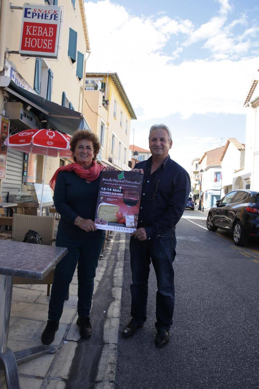 Pierrette Alberici et Denis Grandau présentant l'affiche.  Une quizaine de stands seront installés le long de l'avenue des Oliviers rendue piétonne, et proposeront des produits 100% Piémont.