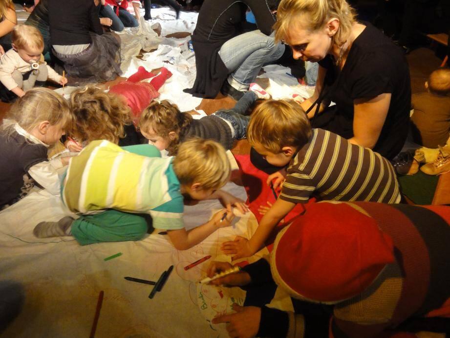 Le festival « Une poule sur un mur » intègre les enfants dans le processus artistique. (DR)