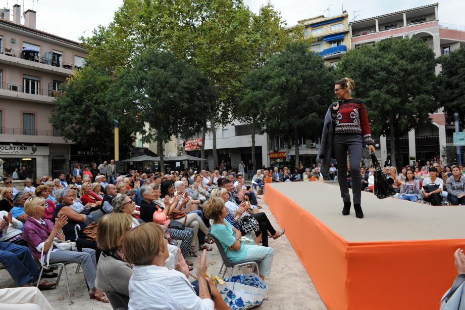 Comme chaque année, les commerces de l'association « Cagnes grand centre » organisent un défilé samedi place De Gaulle. Mais cette fois, les mannequins seront des clientes.(Archives DR)