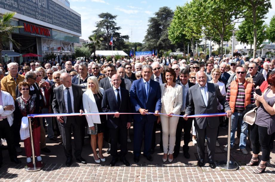 Beaucoup de monde hier sur l'esplanade du centre-ville à l'occasion de l'inauguration des 27 mois de « premiers » travaux.