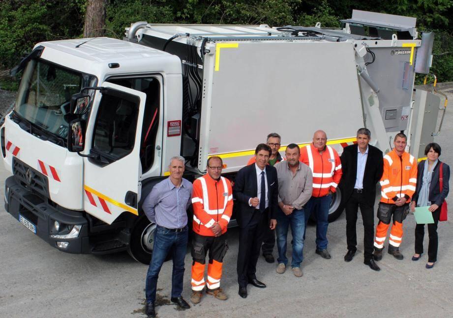 Les personnalités présentes lors de la réception du véhicule sur le terrain de la déchetterie.(DR)