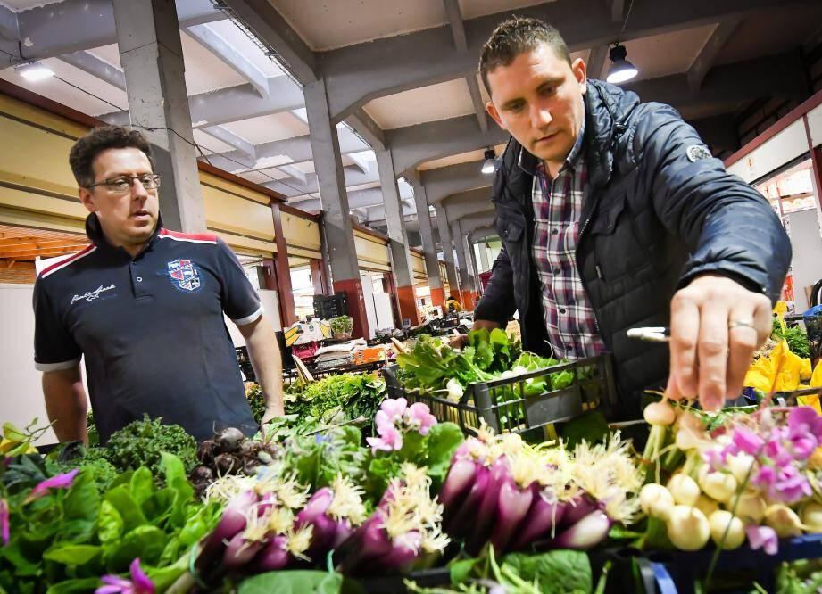 Le chef Dominique Lory choisit plusieurs légumes chez Daniele qui a une production bio sur les hauteurs de Vintimille : La Ciapeleta.