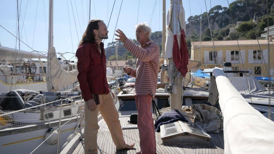 Après plusieurs « rallonges » au port de la Darse, Christophe Sachs (à gauche) et son équipe ont jusqu'à lundi pour boucler le gros de la réfection du Chandeleur, voilier du projet Gaïarta.