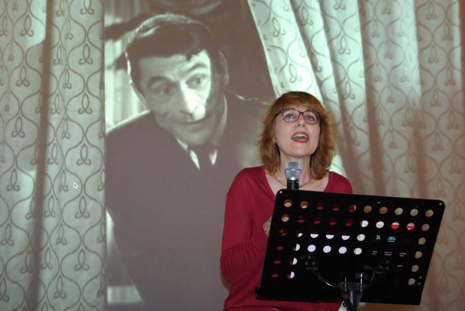 Clara Laurent, sous le regard de Robert Lamoureux, a présenté son livre sur Danielle Darrieux avant la projection du film Ils étaient 9 célibataires.
