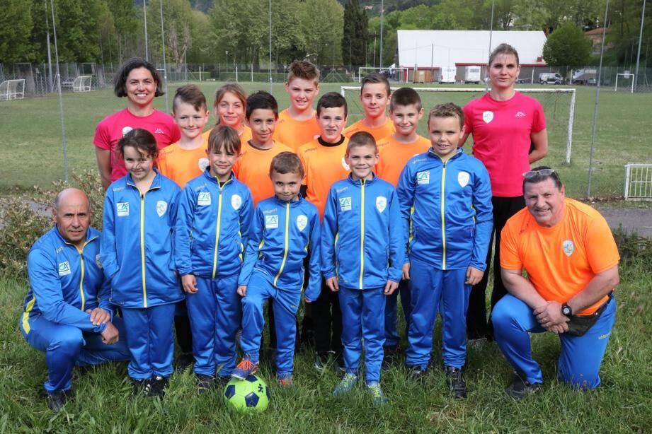 Présidée par Stéphanie Giraud-Carrier, secondée par Sylvie Calcagno, l'association a équipé ses jeunes joueurs et entraîneurs (sur la photo Djamel Bouabdallah et Jean-François Daniel) de nouvelles tenues d'équipement.