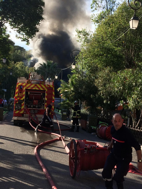 Le feu s'est déclaré dans le parc d'attractions Koaland, situé à l'ouest de Menton, à la frontière de Roquebrune-cap-Martin.