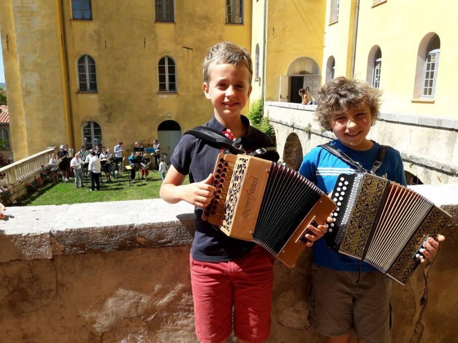 Théo, 9 ans, et Ruben, 8 ans, deux des jeunes musiciens du conservatoire. En fond, l'ensemble saxo a aussi régalé les visiteurs.