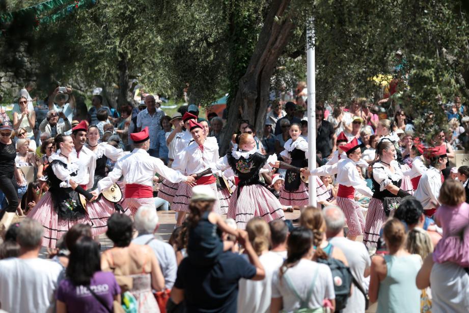 La Ciamada Nissarda, en vedette évidemment avec un public festif, aimant danser et faisant tourner les Mai à sa manière.(Photos Franck Fernandes)