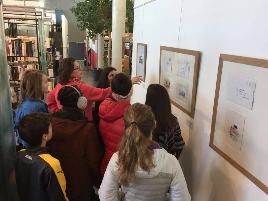 L'artiste Michèle Mascherpa explique la place des mots dans l'œuvre avec les élèves du collège Gérard-Philipe.