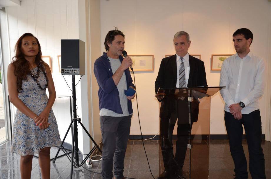 Ronan Badel (à gauche) a reçu la médaille de la Ville des mains du maire Gérard Spinelli.