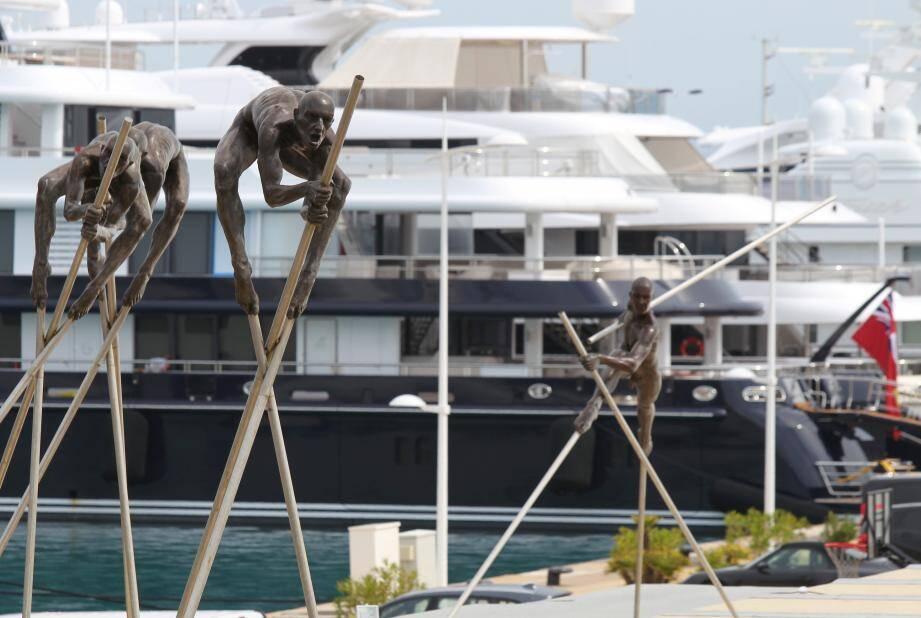 Les œuvres de l'artiste sont exposées sur le quai, pour mieux les apprécier : grimpez sur le bastion Saint-Jaume, le Nomade vous y attend…