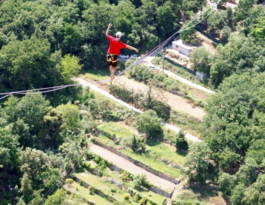 Friedi Kühne, un Allemand de 27 ans, le nouveau recordman a passé plus de deux heures à trois cents mètres du sol. Vertigineux.