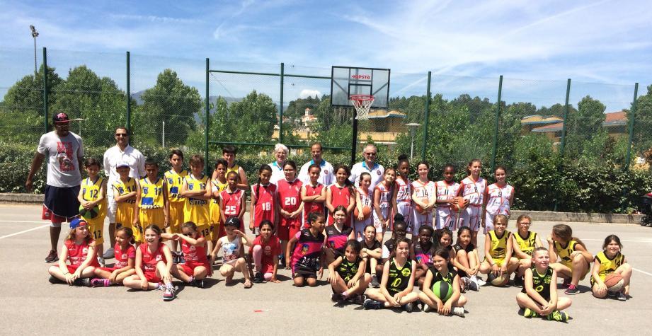 Quelques-unes des très nombreuses équipes qui ont participé à la fête du mini-basket à Villeneuve, avec Yves Crespin, président du CDAM, Régis Jacquet et Anne Fillâtre.