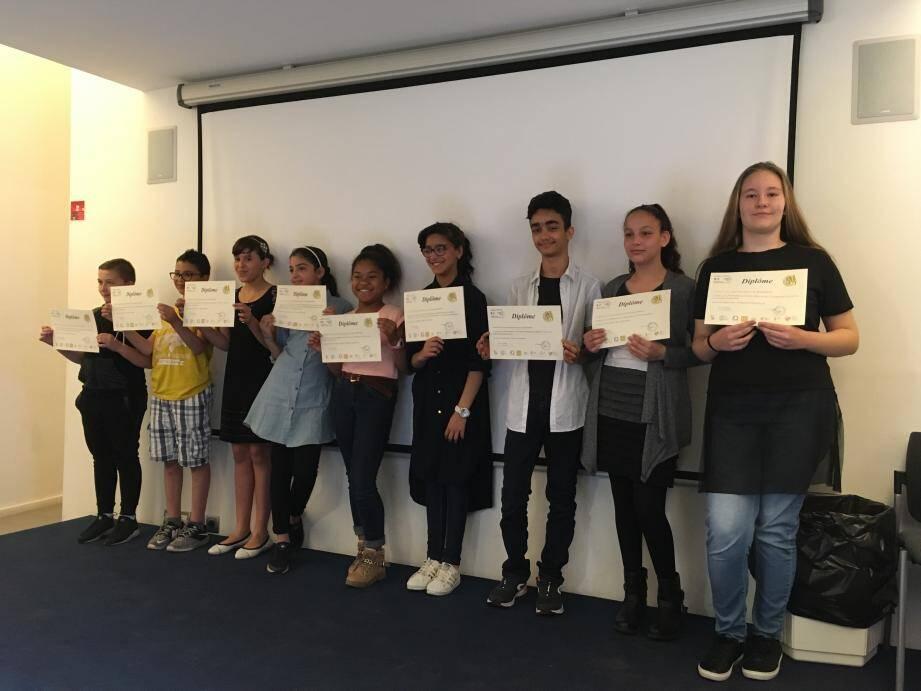 Après avoir présenté leurs travaux, les jeunes ont été récompensés d'un diplôme dans leur domaine de recherche.