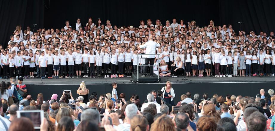 Belle chorale d'écoliers hier soir, qui a égayé le Théâtre de verdure.
