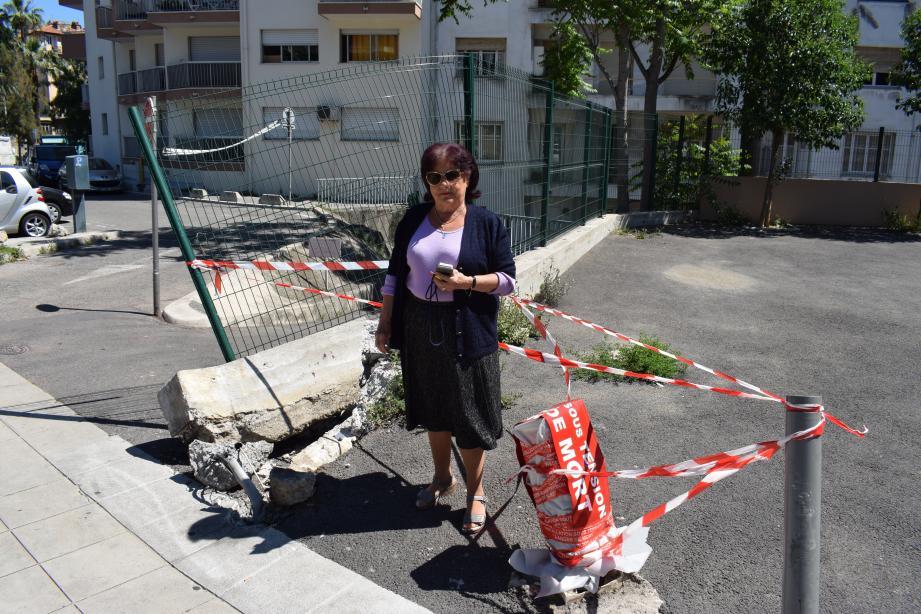 Danielle Degoul pose devant le muret détruit par l'accident qui, dimanche, s'est produit sous ses fenêtres.