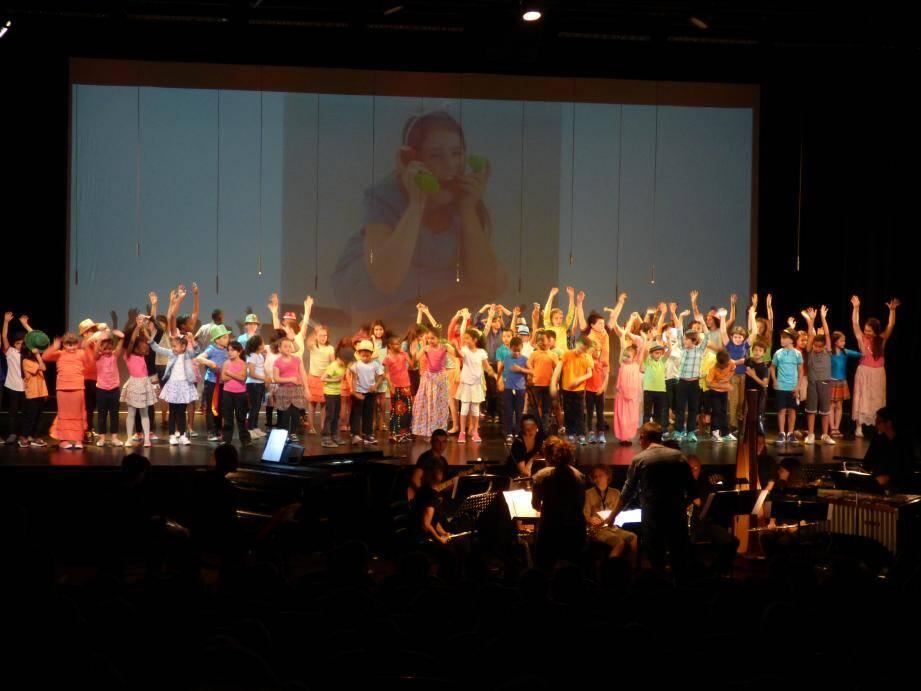 49 jeunes choristes et 13 musiciens ont joué hier au Théâtre de Grasse.