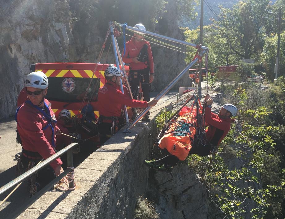 Le Groupe montagne sapeurs-pompiers a dû installer un treuil pour pouvoir venir en aide à la victime.